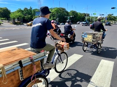 The first time riding on his own mobile coffee cart and move forward to the dream.
