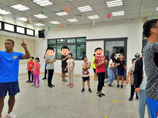 Teenagers happily interacted with the elementary school children and accomplished the missions of games
