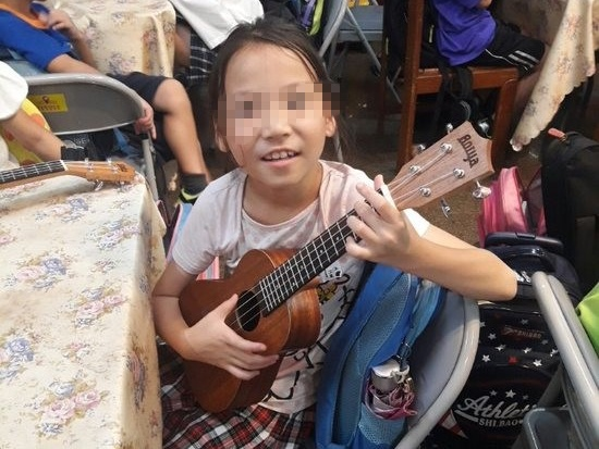 Girl Xiao-Yan showed confidence and smile in the process of playing Ukulele